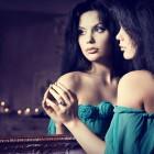 10 cose che tutte le donne fanno davanti allo specchio | 2night Eventi