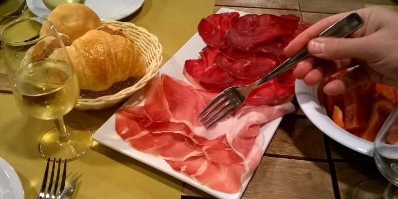 Cerchi affettati e formaggi fuori dal comune? Due botteghe a Milano dove puoi mangiare e comprare prodotti d'eccellenza