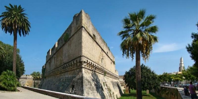 castello svevo bari https://it.wikipedia.org/wiki/file:puglia_bari2_tango7174.jpg