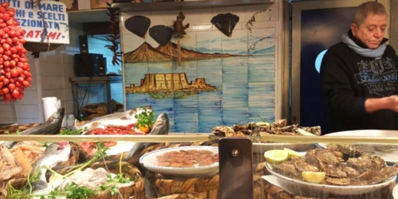 La doppia vita di Napoli: 5 pescherie che la sera si trasformano in ristoranti