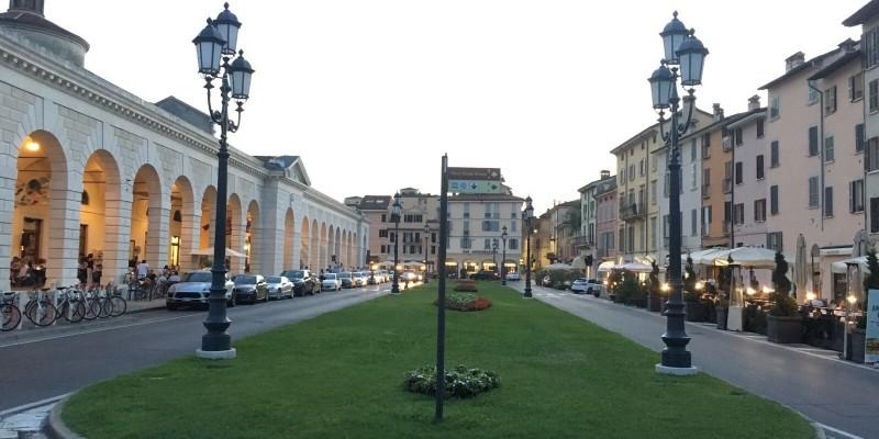 La nuova vita di piazza Arnaldo a Brescia: per chi resta in città, la movida è qui