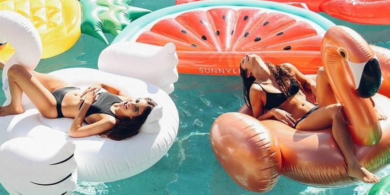 Che estate sarebbe senza un pool party? Ecco cosa non può mancare