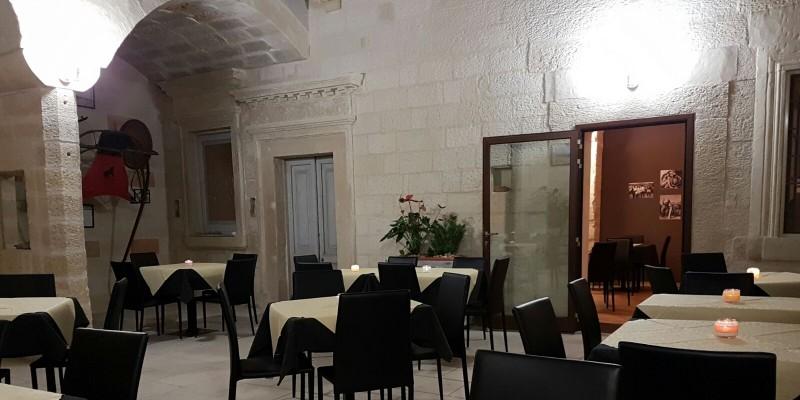 Cena nella corte interna e vinili di sottofondo al Joey Bistrot Cafè