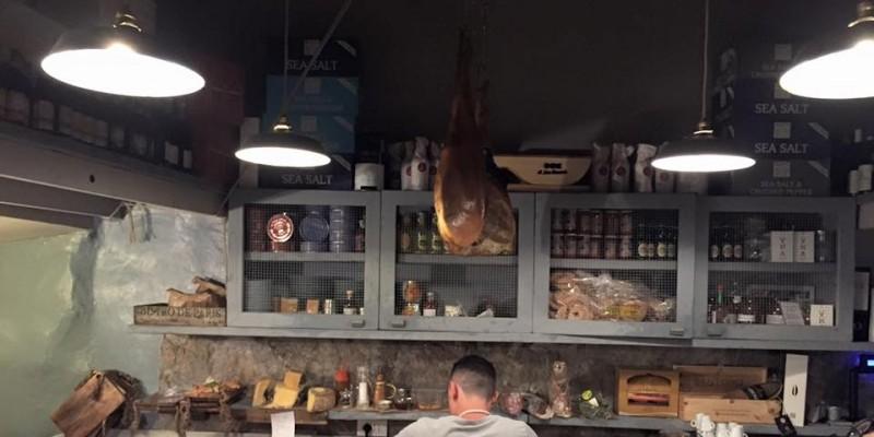 Vino e salumi, a Napoli li mangi qui