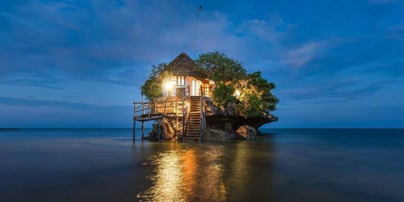 I 10 ristoranti più strani al mondo: per mangiare completamente nudi o su una roccia in mezzo al mare.