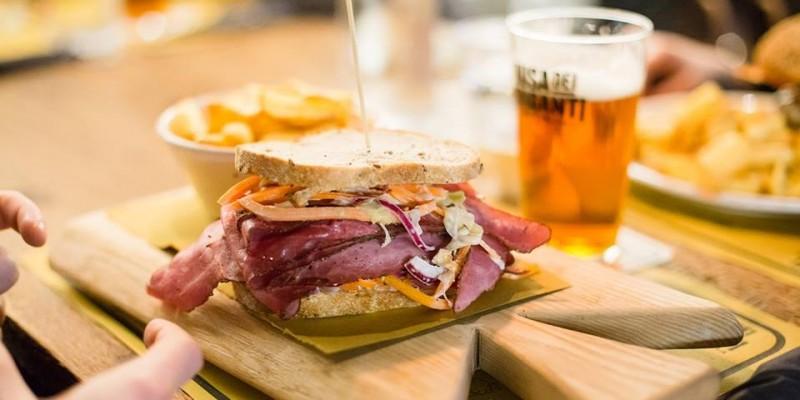 Hai già provato il pastrami sandwich? Ecco dove addentarlo in Veneto