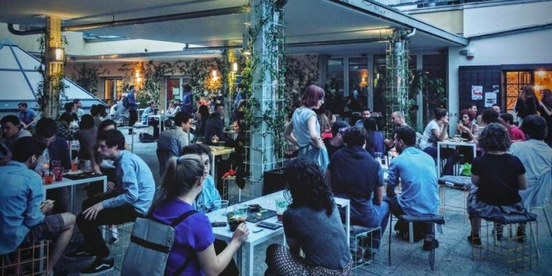 T-shirt e Converse: dove andare per una serata easy a Milano