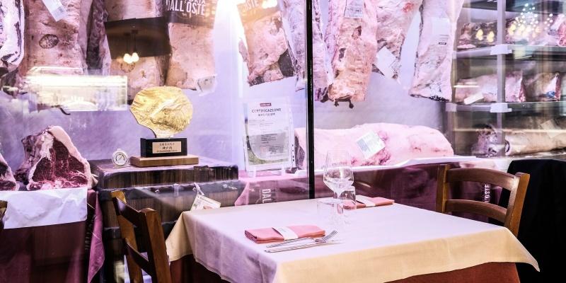 Le vetrine della carne della Trattoria dall'Oste sono uno spettacolo tutto fiorentino