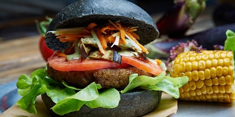 Grande, gustoso e nero: 5 locali dove provare il black burger in Veneto.