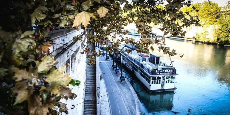 I locali barcone sul Tevere a Roma