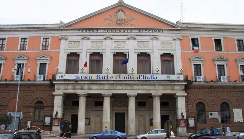 teatro piccinni bari foto di https://commons.wikimedia.org/wiki/file:th%c3%a9%c3%a2tre_communal_niccol%c3%b2_piccinni_%c3%a0_bari.jpg