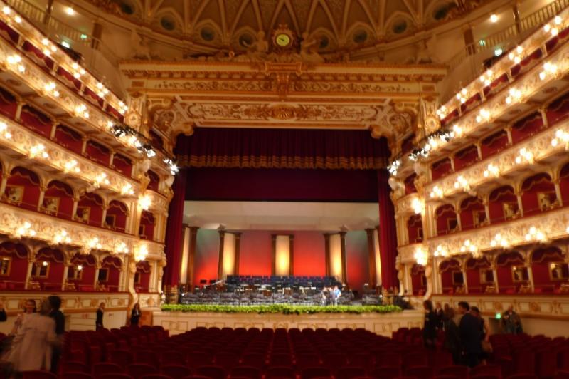 teatro petruzzelli bari https://upload.wikimedia.org/wikipedia/commons/b/bb/bari_teatro_petruzzelli_2008_interno.jpg