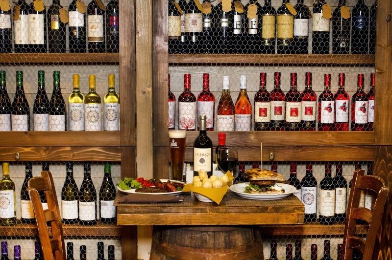 redattori licheri casa maialotti tavolata vini
