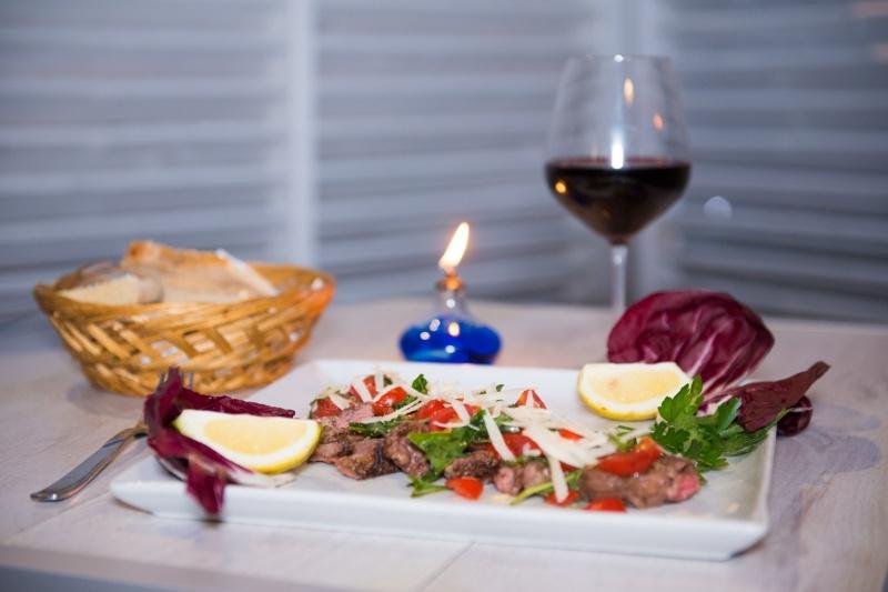 redattori licheri la rustica tavola con carne e vino