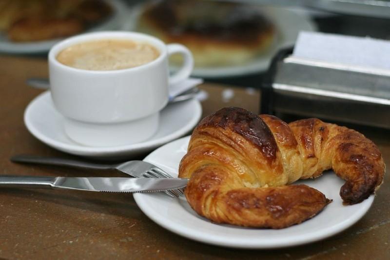 cappuccino cornetto colazione foto di juan fernández wikipedia