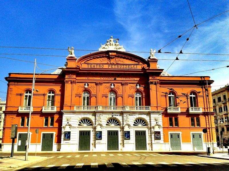 teatro petruzzelli bari https://commons.wikimedia.org/wiki/file:petruzzellibarioggi.jpg