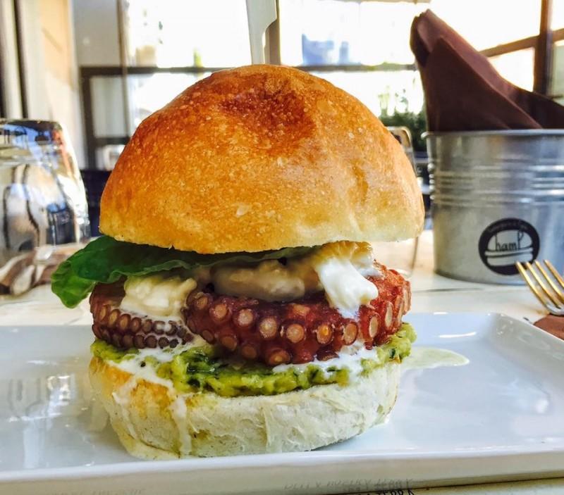 hamburger  hamp polpo fritto,stracciatella, basilico e crema di zucchine
