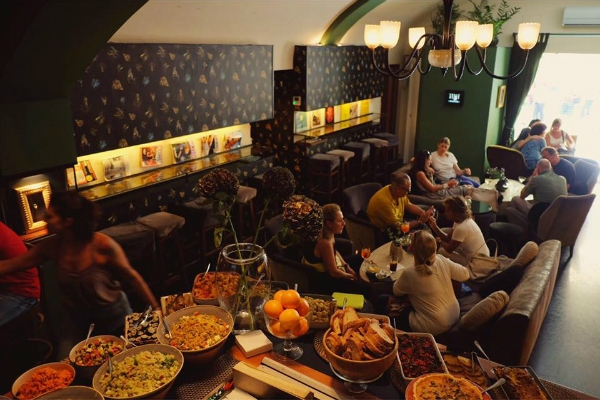salotto 42 cocktail bar piazza di pietra roma chic cocktail aperitivo buffet pasta farro guida ai migliori aperitivi di roma quartiere per quartiere centro storico