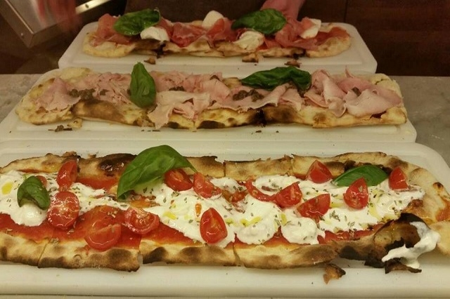 mangia pizza pizza al taglio https://www.facebook.com/mangiapizzafirenze/photos/pb.301480916693940.-2207520000.1444635398./433105616864802/?type=3&theater