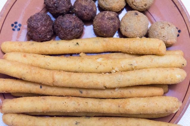 crocchette di patate con formaggio e menta e polpette di carne e di melanzane