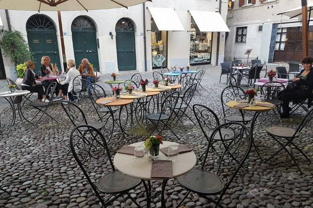 pausa pranzo in piazzetta in veneto