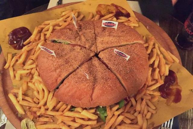 funny burger mega funny burger 2 kg migliori hamburger giganti di roma panini salario