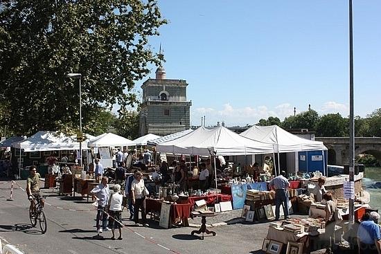 In giro per i mercatini di roma shopping e buon cibo for Mercato ponte milvio