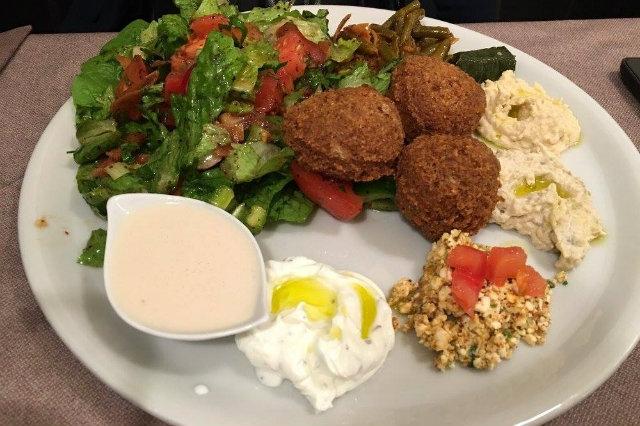 formaggi di capra e pecora foglie di vita cipolla e aglio aromi come erba cippolina timo prezzemolo e menta la cucina libanese affascinante