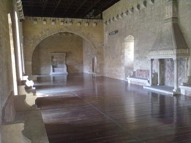 castello gioia del colle https://it.wikipedia.org/wiki/castello_normanno-svevo_(gioia_del_colle)#/media/file:castello_di_gioia_del_colle_-_sala_del_trono.jpg