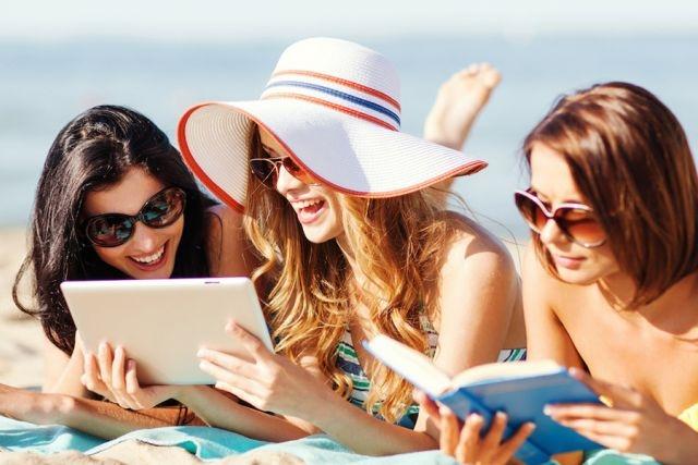 amiche leggono al mare