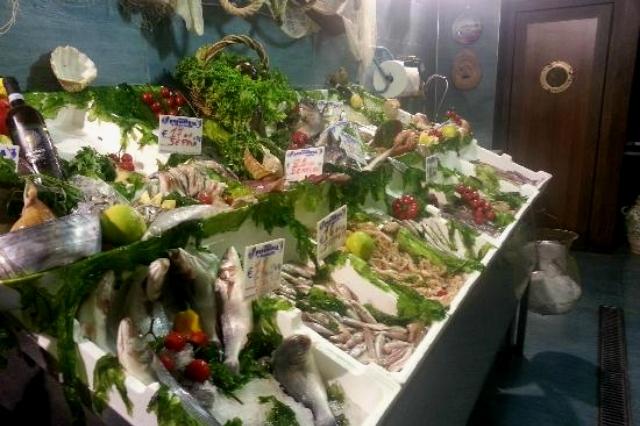 di giorno pescheria, di sera ristorante di pesce: a napoli succede