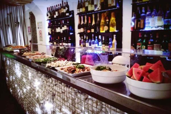 fluid roma via del governo vecchio centro storico cocktail aperitivi buffet design finger food guida ai migliori aperitivi di roma quartiere per quartiere centro storico
