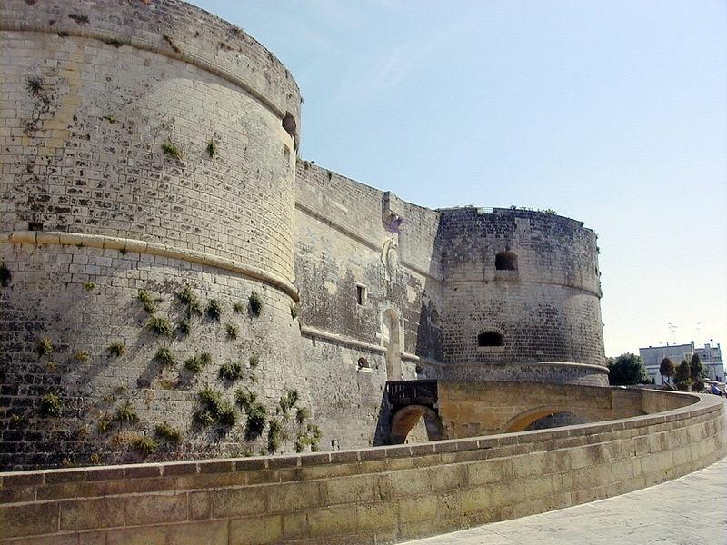 castello di otranto https://it.wikipedia.org/wiki/il_castello_di_otranto#/media/file:otranto_castello.jpg