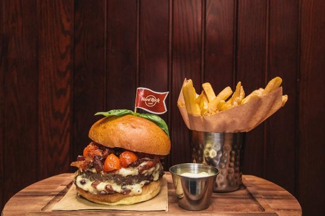 amatriciana burger roma hard rock cafe roma intervista team hugo mora direttore burger cena ristorante roma