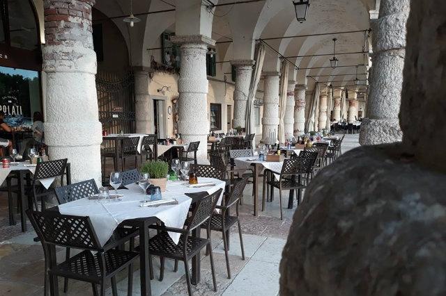 aperitivo in piazza in veneto