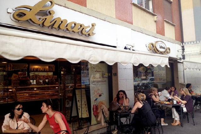 linari testaccio pasticceria bar colazione ciambella pizzetta cappuccino una giornata a testaccio roma