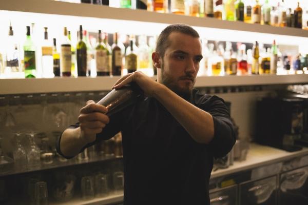 giulio albertelli barman mixologist cocktail drink stazione 38 piazzale della radio marconi bistrot cocktail bar patron intervista foto 2