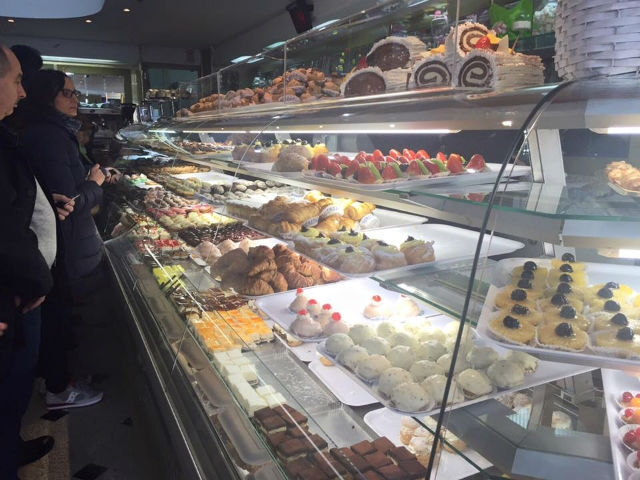 pasticceria bar venezuela barletta pasticcerie storiche foto da facebook https://www.facebook.com/137816936264120/photos/pb.137816936264120.-2207520000.1455617154./985944218118050/?type=3&theater