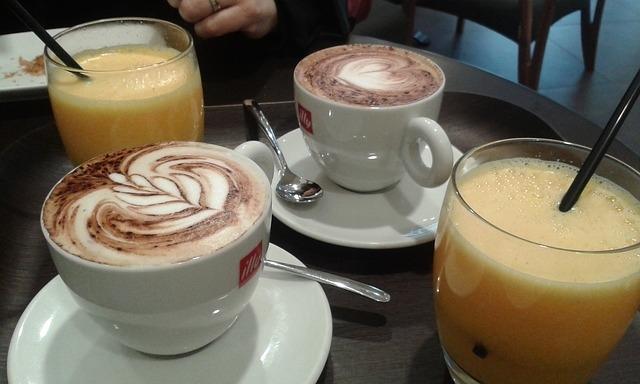 cappuccino colazione succo di frutta (foto free)
