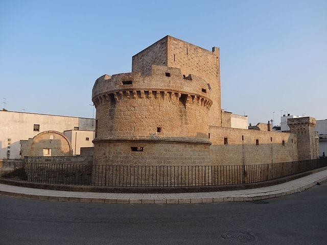 castello avetrana https://commons.wikimedia.org/wiki/category:avetrana#/media/file:castello_avetrana.jpg