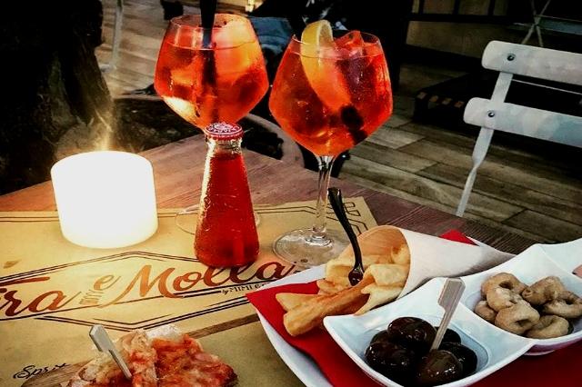 tira e molla migliori aperitivi san giovanni roma spritz aperol spritzeria servito al tavolo patatine fritte pizza movida