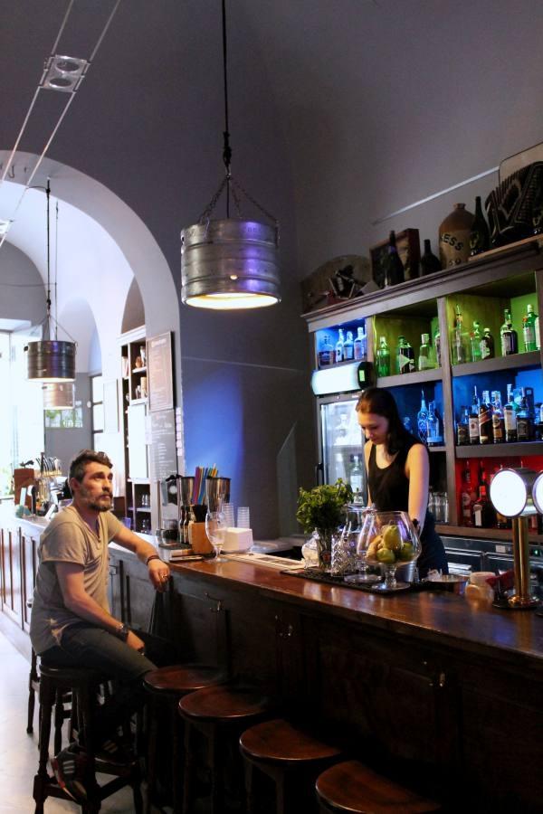 rasna bancone bar bartender