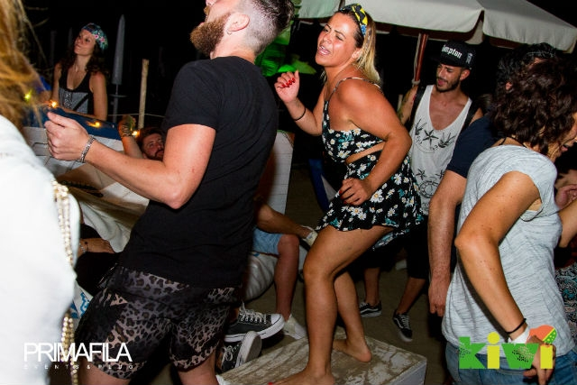 beach bar spiaggia dj set aperitivo cena musica kiwi foto di primafila events da facebook https://www.facebook.com/primafilaeventsplanning/photos/a.1252759274759443.1073741907.164311460270902/1252800978088606/?type=3&theater