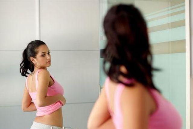 cosa fanno le donne davanti allo specchio chili di troppo