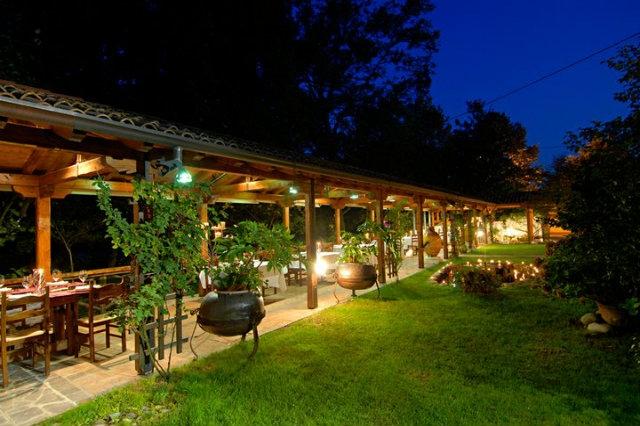 portico giardino ristorante all'aperto serata festa