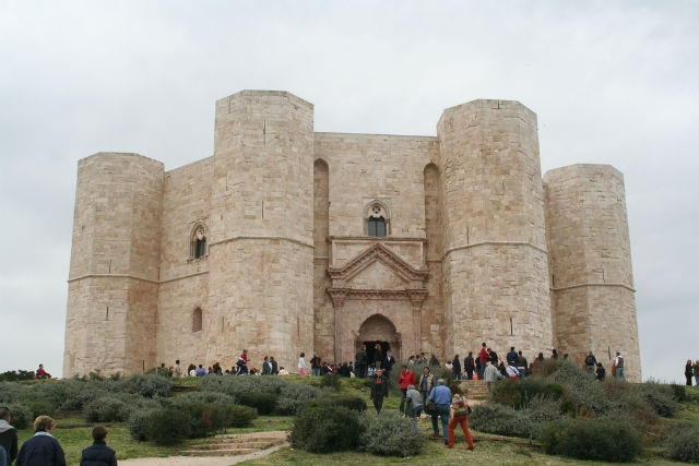 castel del monte luoghi suggestivi puglia foto da flickr https://www.flickr.com/photos/giovy/151954599/in/photolist-eqnnt-eqncq-eqrme-eqsgp-eqqsb-2je6t-4l3uqt-ad6mdw-2qa9w4-8jwegx-hdynuo-hdy8un-aj5hup-butdxd-buthi7-bututy-2hzghn-liz3u-aj85wj-5yktz-ljad4-4yvl5y-liyxw-ljaap-ch6wr-butlds-aq8kj6-bhnntp-dshw4-2jtrq-5annjf-8jzhne-hemxua-bhnoxf-5xvs29-b878mk-38vlkw-2mnsb-nkvmd-ljcdi-4db9d8-lixtv-henj8f-lixvq-bhncrp-lj1tu-ccsjba-lixvf-2gif3n-lj1qo
