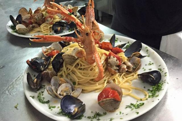taverne di cucina napoletana, attori e spettatori, spaghetti alle vongole e cozze