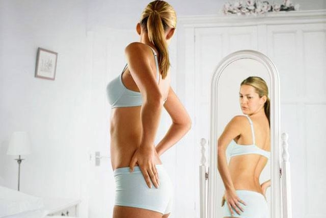 cosa fanno ragazze davanti allo specchio
