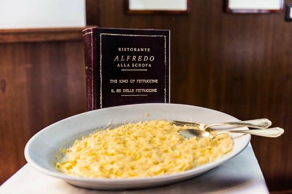 alfredo alla scrofa fettuccine all'alfredo piatto italo americano usa leggenda fettuccine triplo burro parmigiano trattoria roma ristoranti storici roma centro