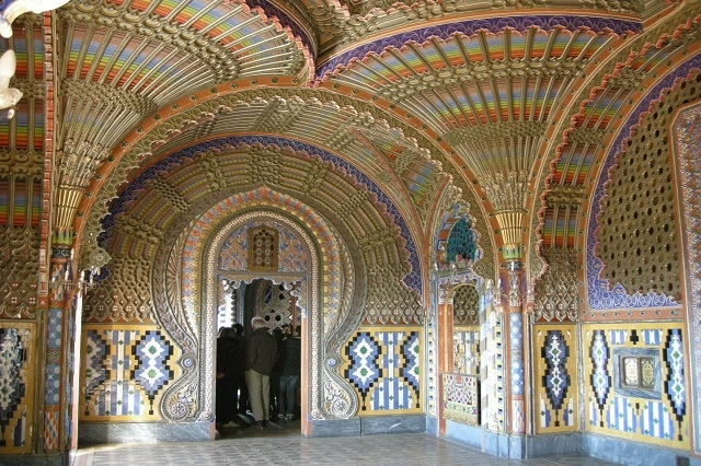 castello di sammezzano foto da wikipedia https://it.wikipedia.org/wiki/castello_di_sammezzano#/media/file:sala_dei_pavoni_04.jpg